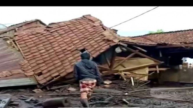 Permukiman penduduk di dua desa di Kabupaten Bondowoso, Jawa Timur, porak-poranda setelah disapu banjir bandang pada Rabu lalu.