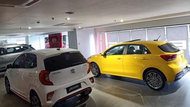Kia Picanto (putih) dan Rio (Kuning) dipajang di showroom resminya di Jakarta