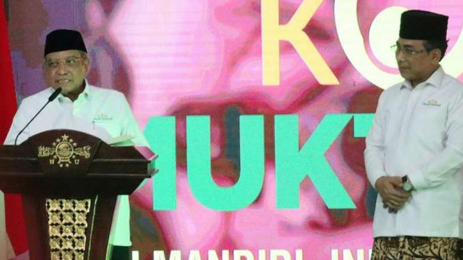 Ketua Umum PBNU Kiai Haji Said Aqil Siroj (kiri)