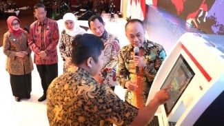 Launching layanan ADM di Jatim ditandai dengan penyerahan mesin ADM dari Gubernur Jatim Khofifah Indar Parawansa kepada Bupati Jombang disaksikan Menkopulhukam Mahfud MD dan Menteri Dalam Negeri RI Tito Karnavian.
