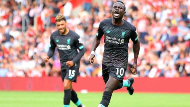 Winger Liverpool, Sadio Mane, melakukan selebrasi usai mencetak gol