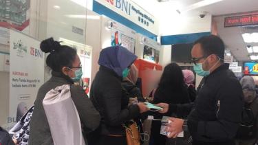 Pemberian masker dari BUMN kepada masyarakat Indonesia di Hongkong.