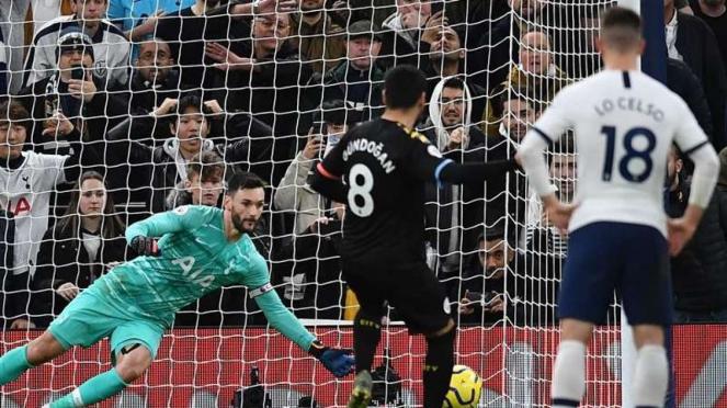 Gelandang Manchester City, Ilkay Gundogan (8), gagal mengeksekusi penalti