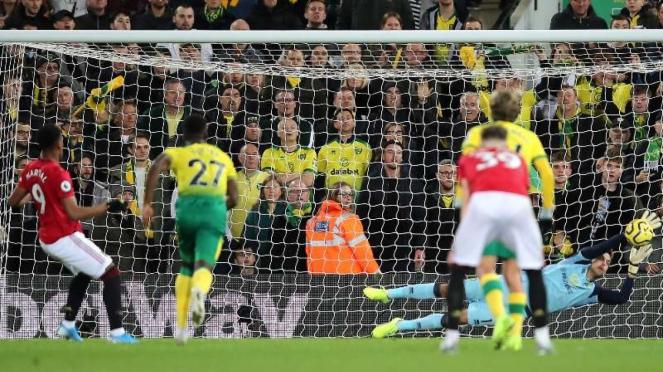 Penyerang Manchester United, Anthony Martial (9), gagal mengeksekusi penalti