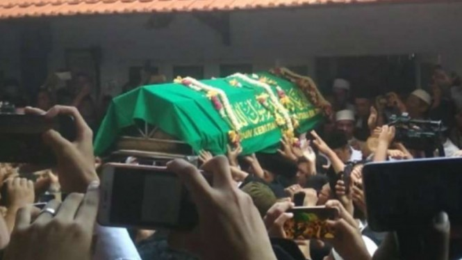 Jenazah Gus Sholah dibawa ke masjid di kompleks Pesantren Tebu Ireng, Jombang