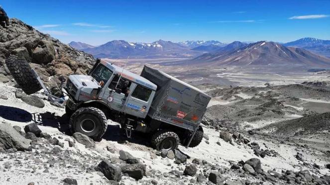 Mercedes-Benz Unimog berhasil mendaki Gunung Berapi dan mencetak rekor tertinggi
