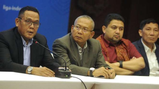 Direktur Utama PT Liga Indonesia Baru (LIB), Cucu Somantri (kiri).