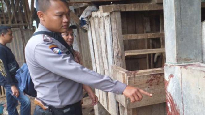 Polisi menunjukkan TKP penganiayaan pasien gangguan jiwa di Garut.