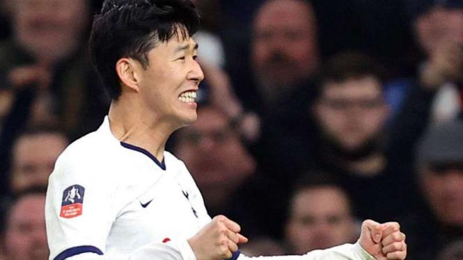 Pemain Tottenham Hotspur, Son Heung-min rayakan gol.
