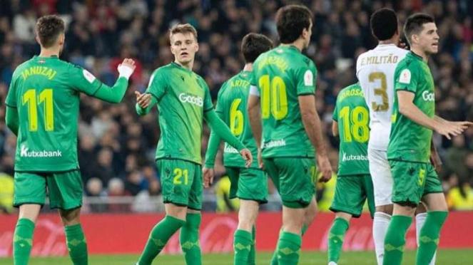 Para pemain Real Sociedad merayakan gol Martin Odegaard (kedua dari kiri)