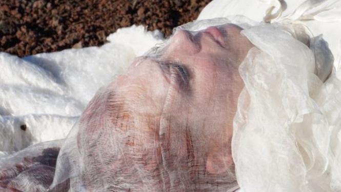 Kain kafan penutup wajah jenazah di Planet Mars.