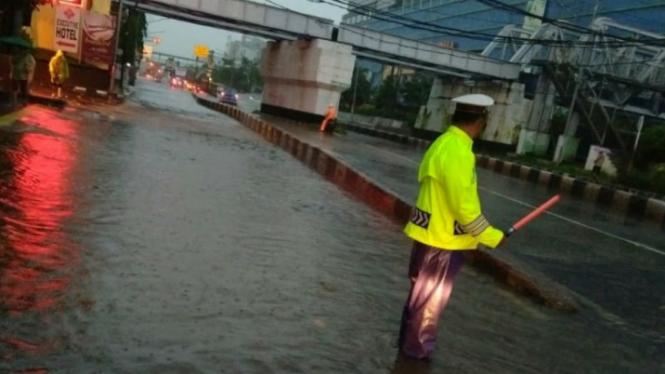 Hasil gambar untuk Akun TMC Polda Metro Jaya Minta Maaf Soal Salah Informasikan Banjir