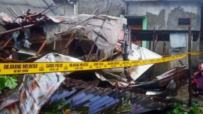 Rumah Kos tiga lantai di Mampang, Jakarta Selatan ambruk