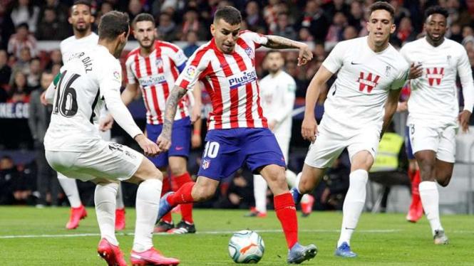 Penyerang Atletico Madrid, Angel Correa, mencetak gol ke gawang Granada
