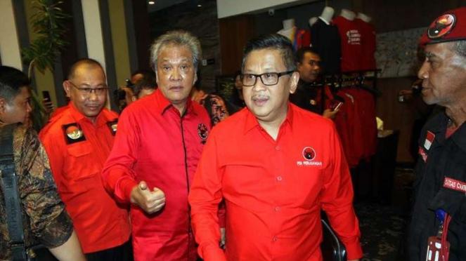 Sekjen PDIP Hasto Kristiyanto bersama Ketua PDIP Sumut Japorman Saragih