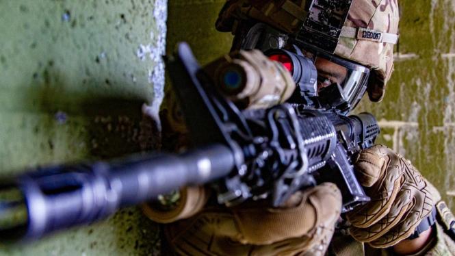 Tentara AS membidik target dari balik dinding.