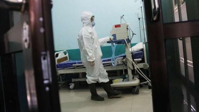 Seorang petugas RSUD Dumai Riau mempersiapkan peralatan medis (Foto ilustrasi)