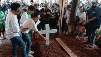 Karen Idol saat berada di pemakaman putrinya
