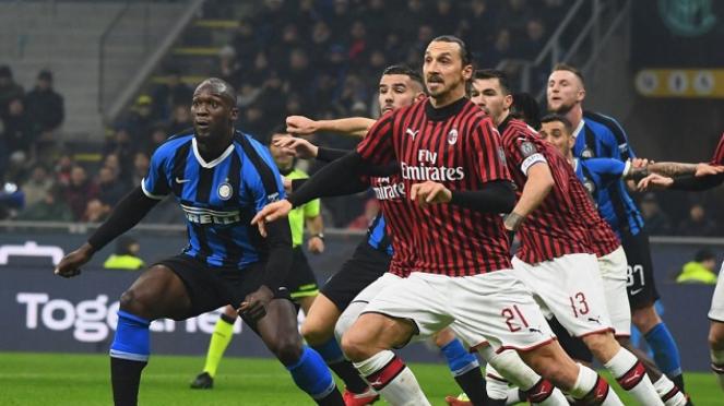 Pemain Inter Milan dan AC Milan berduel