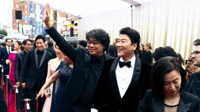 Raih Piala Oscar Perdana, Ini Ekspresi Lucu Sutradara Parasite
