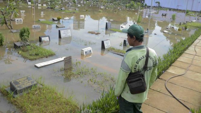 Makam Karet Bivak Tergenang Banjir