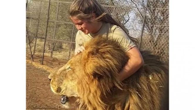 Gadis yang diterkam singa di kandangnya.