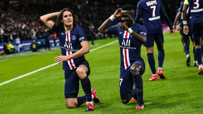 Striker Paris Saint-Germain, Edinson Cavani merayakan gol