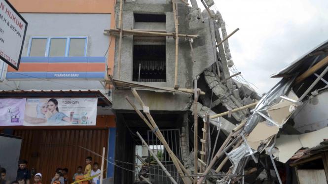 Gedung Ruko Ambruk di Pisangan Jakarta Timur