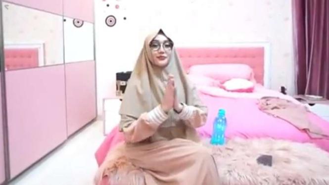 Lucinta Luna saat mengenakan hijab.