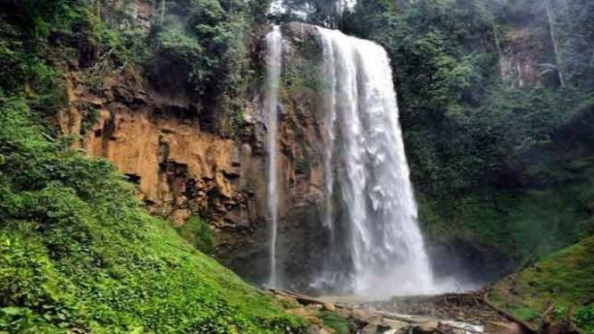keindahan air terjun semantung di Lampung Barat foto via insta @endangguntorocanggu