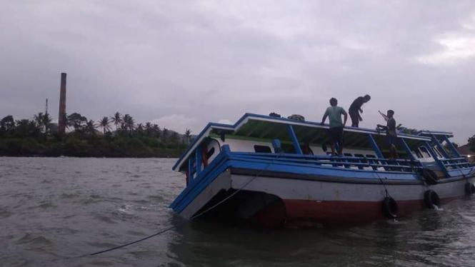 Kapal bermuatan pisang karam di perairan Banten