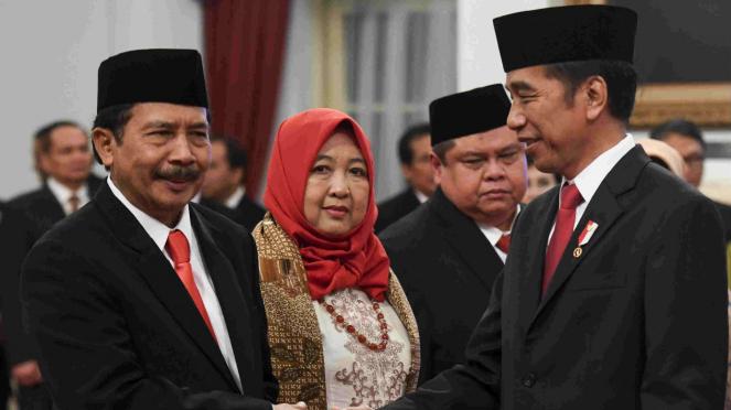 Kepala BPIP Yudian Wahyudi (kiri) usai dilantik Presiden Jokowi