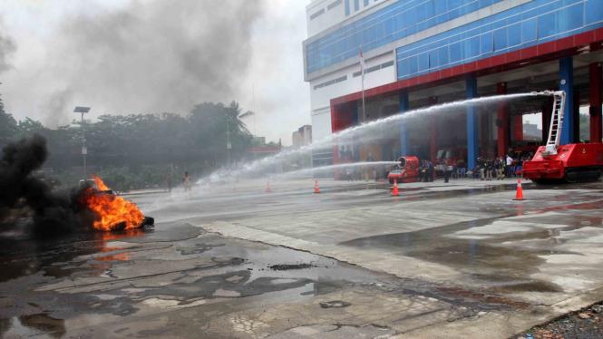 Damkar DKI Pamerkan 2 Robot Pemadam, Bisa Matikan Api di MRT