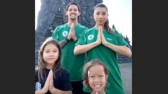 Aksi video TikTok keluarga Irfan Bachdim di depan Candi Prambanan