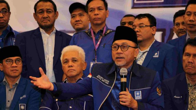 Ketum Zulkifli Hasan dan eks Ketua Majelis Pertimbangan PAN Hatta Rajasa (tengah) serta sejumlah elite PAN