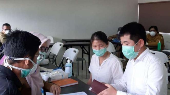 Petugas Dinas kesehatan Kabupaten Bekasi saat cek kesehatan TKA.