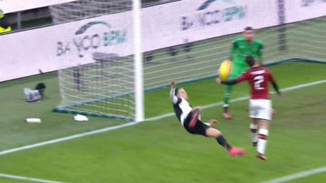 Proses handball pemain AC Milan, Davide Calabria