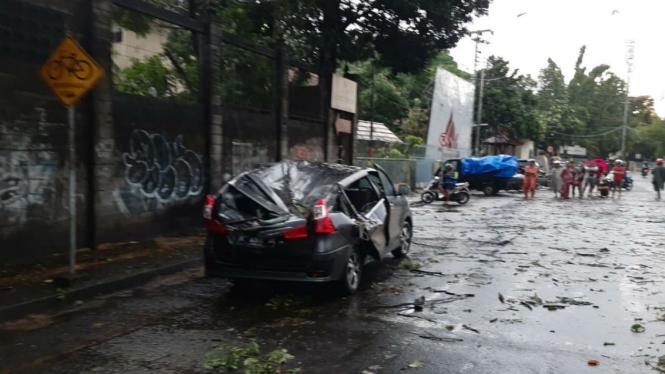 Mobil di kawasan Kotabaru, Kota Yogyakarta rusak tertimpa pohon tumbang