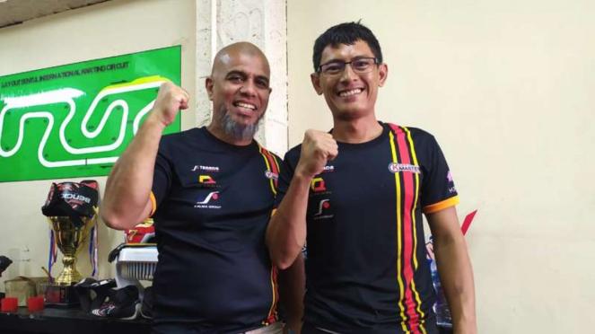 Manajer tim Tanada Racing, Fariz Lutfi (kiri)