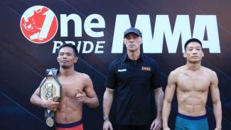 Suwardi vs Rama Supandhi saat timbang badan jelang pertandingan One Pride MMA Fight Night 36, di Jakarta, Sabtu 15 Februari 2020.
