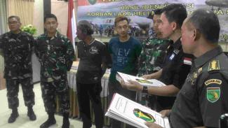 Tim DVI dan TNI beri sertifikat kematian ke keluarga korban Heli M1-17.
