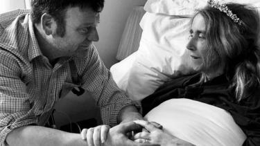 https://thumb.viva.co.id/media/frontend/thumbs3/2020/02/17/5e49f08486246-sakit-kanker-mempelai-perempuan-meninggal-dunia-beberapa-jam-setelah-menikah-pada-hari-valentine_375_211.jpg