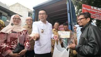 Gubernur Jabar Ridwan Kamil saat operasi pasar bawang putih.