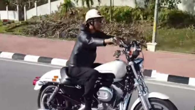 Ustaz Abdul Somad mengendarai motor gede di Brunei Darussalam