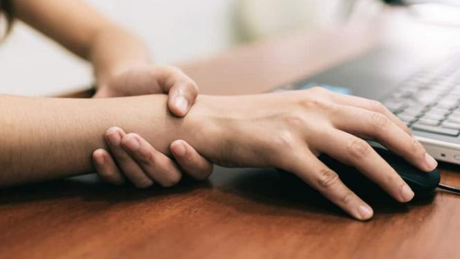 Tangan kesemutan.