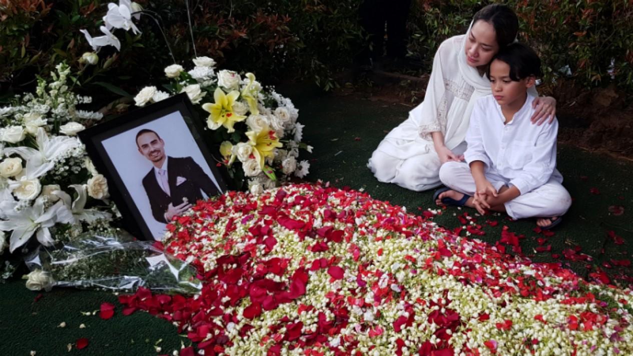 Bunga Citra Lestari atau BCL dan sang anak, Noah di makam Ashraf Sinclair.