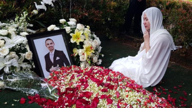 Bunga Citra Lestari atau BCL di makam Ashraf Sinclair.