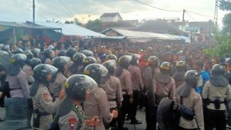Aremania diadang Polisi di Blitar saat berusaha mendekat ke Stadion Supriyadi