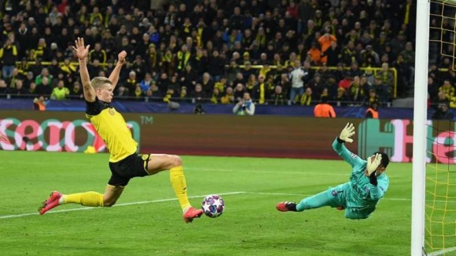 Penyerang Borussia Dortmund, Erling Braut Haaland, mencetak gol