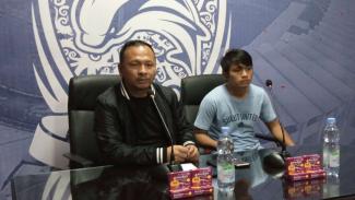 Pelatih Sulut United, Ricky Nelson (kiri).